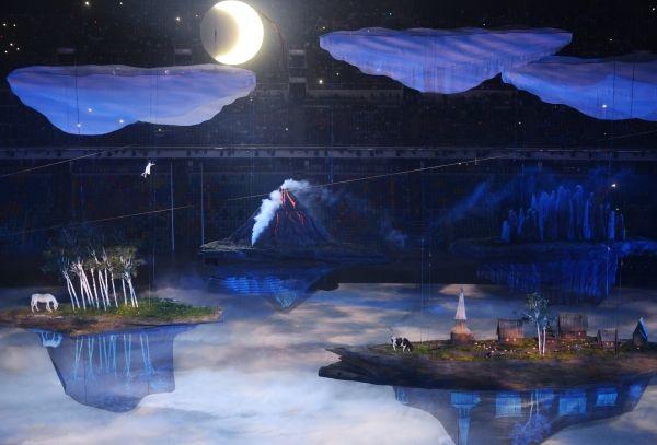 Церемония началась с театрализованного представления: маленькая девочка Люба летит во сне над огромной страной