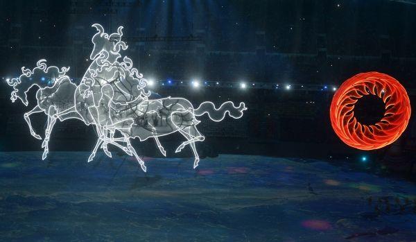 После выхода участников, продолжается театрализованное представление. Тройка лошадей мчится через весь стадион, вытаскивая ярое солнце