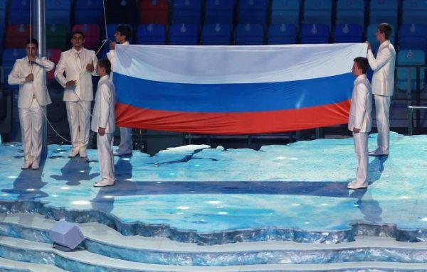 Поднятие российского флага на церемонии открытия XXII зимних Олимпийских игр в Сочи.