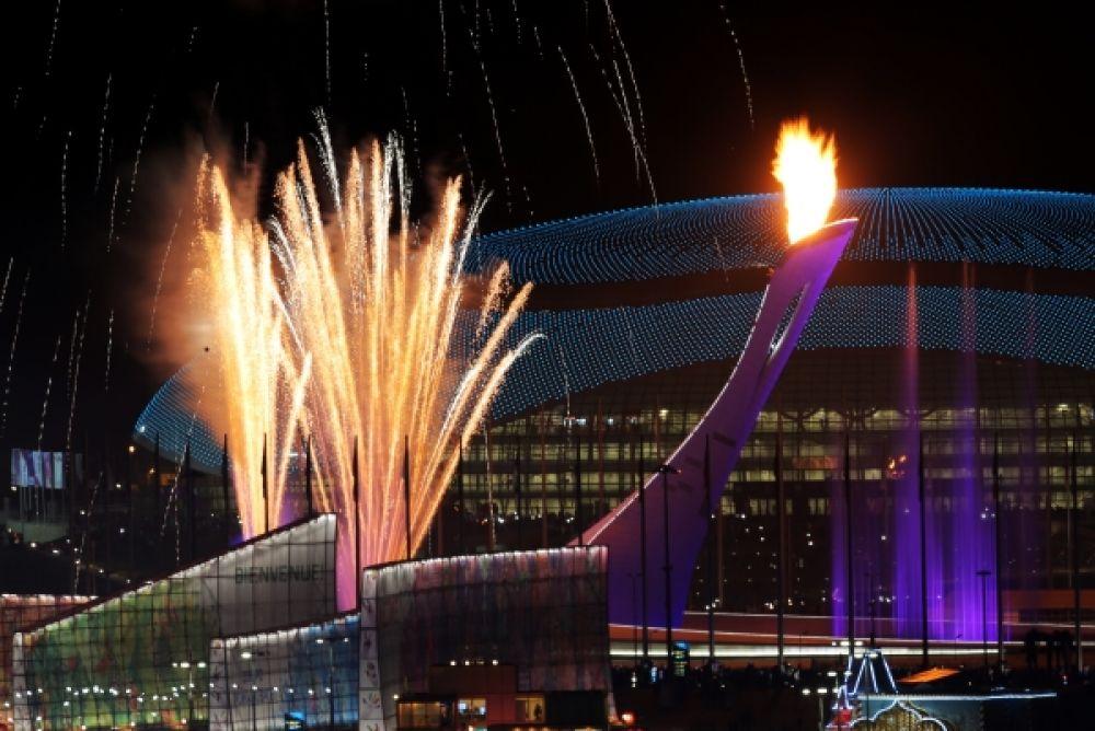 Зажжение чаши Олимпийского огня на Медальной площади