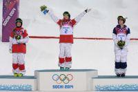Слева направо: канадки Клоэ Дюфур-Лапуант (второе место), Жюстин Дюфур-Лапуант (первое место) и американка Ханна Кирни (третье место) после окончания финала могула на соревнованиях по фристайлу среди женщин на XXII зимних Олимпийских играх в Сочи.