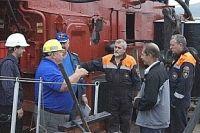 Сотрудники профсоюза объясняют морякам их права.
