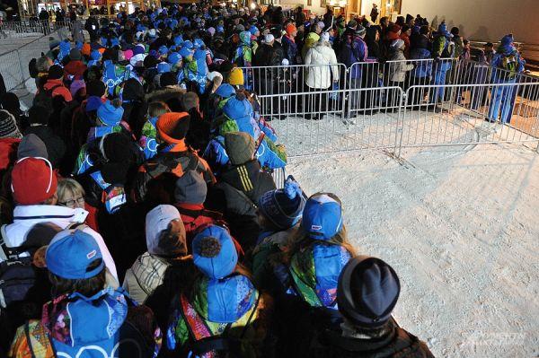 Самое же интересное всех ждало  по окончанию соревнования - фуникулёры не выдержали нагрузки и сломались. Несколько тысяч болельщиков и тысячи волонтёров застряли в горах.