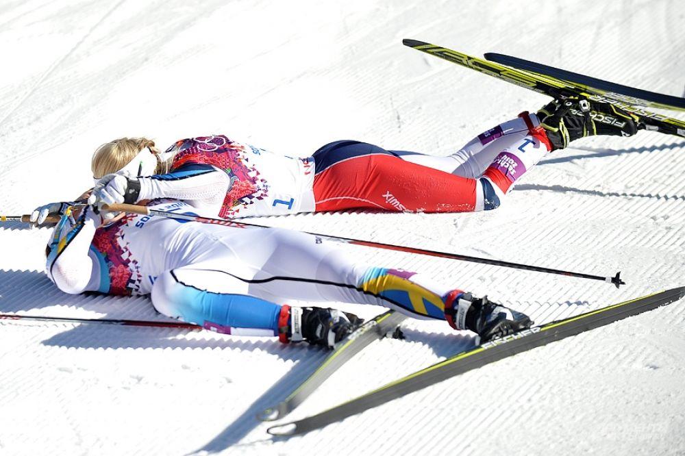 Женские забеги нам вновь  не принесли никаких медалей (всё  забрали скандинавы), а вот сам  профессиональный женский скиатлон, это уже страшно - на финише все  девушки корчатся в судрогах от боли и нехватки кислорода, лежат как  рыбы выброшенные на берег и задыхаются.