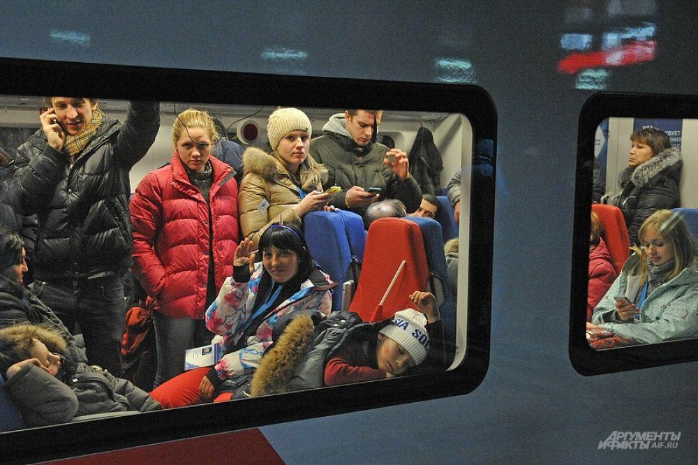 Уже в глубокой ночи люди штурмом брали автобусы, и забивали поезд до Адлера.