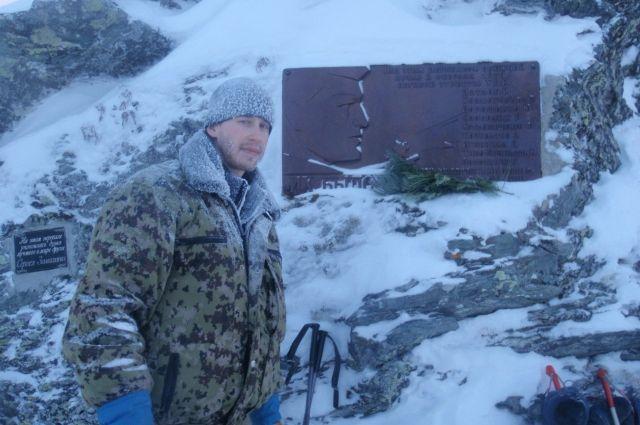 Александр Бутавин около памятника погибшим дятловцам