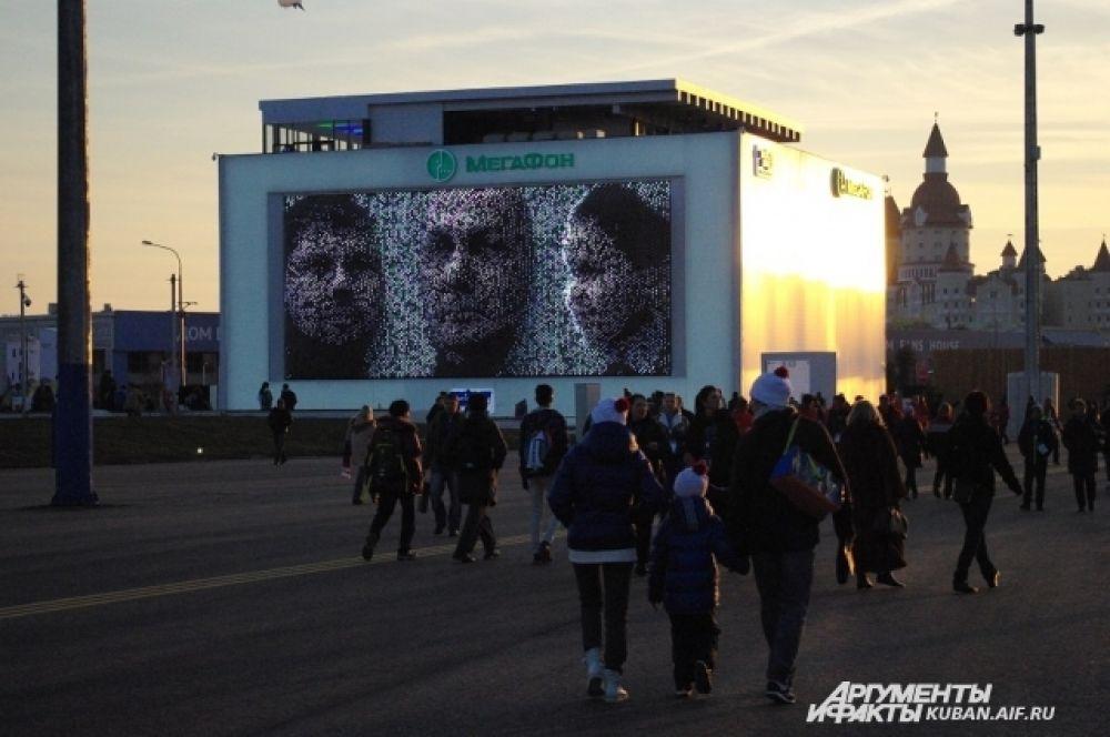 «Гора Рашмор» в Олимпийском парке, на ней отображаются объемные портреты гостей Олимпиады
