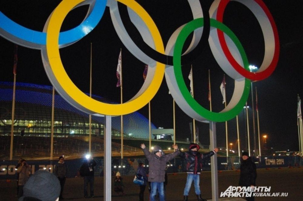Гости Олимпиады устроили фотосессию под Олимпийскими кольцами