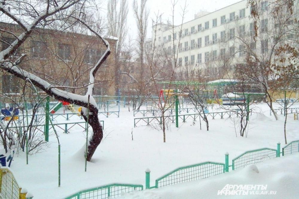 На детской площадке лучше всего играть в снежки