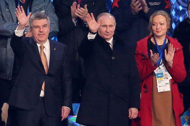 Слева направо: президент Международного олимпийского комитета Томас Бах, президент России Владимир Путин, бывший член сборной России по бобслею Ирина Скворцова.