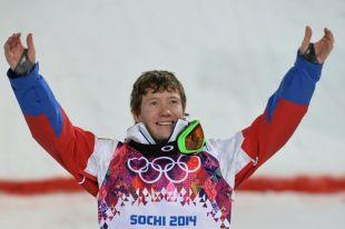 Александр Смышляев (Россия), завоевавший бронзовую медаль в могуле во время соревнований по фристайлу среди мужчин на XXII зимних Олимпийских играх в Сочи, во время цветочной церемонии.