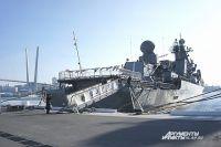 Ракетный крейсер «Варяг» у причала во Владивостоке.