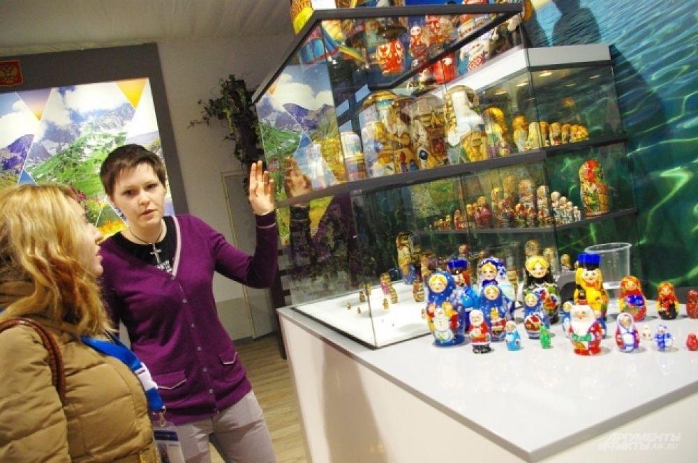 Рядом - выставка миниатюрных матрешек из Центральной России
