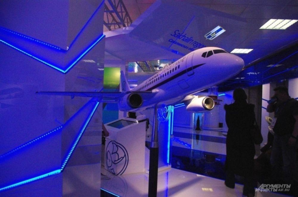 Дальний Восток привез модель новейшего российского самолета «Сухой Superjet 100»
