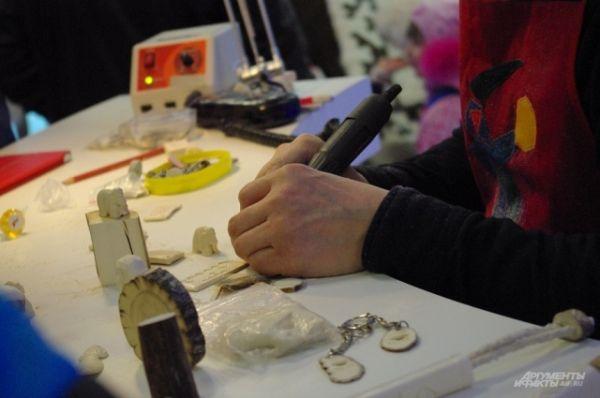 Мастер демонстрирует, как выточить из кости брелок с изображением мамонта