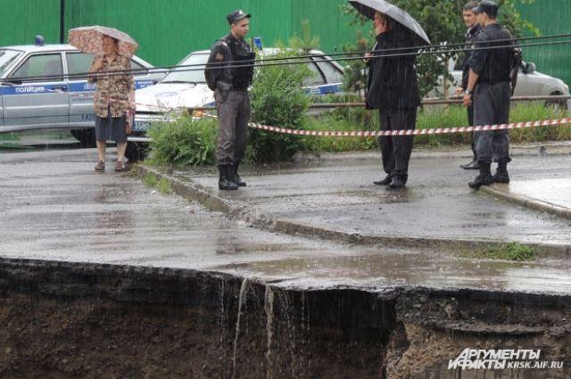 Подпорная стена на проспекте Свободный рухнула 4 августа 3013, под обвалами погибли два человека.
