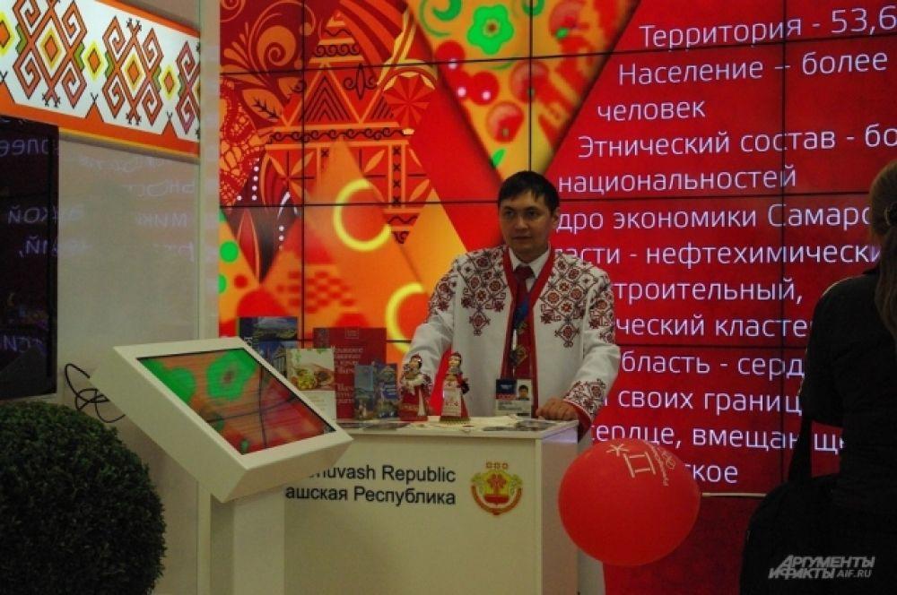 Сотрудники выставки Чувашской Республики работают в национальных костюмах