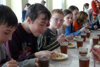 Все школьники Омска получают горячее питание.