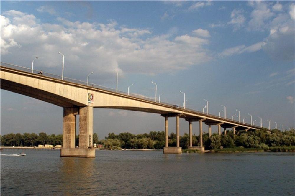 Реконструкция Ворошиловского моста должна была увеличить количество полос движения с двух до шести, а пропускную способность – до 65 тысяч автомобилей в сутки. Сегодня по старому мосту проезжает около 47 тысяч автомобилей в день.