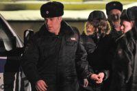 Басманный районный суд Москвы принял решение арестовать Сергея Гордеева (второй слева), захватившего заложников в московской школе 263 и убивший при этом двух человек.