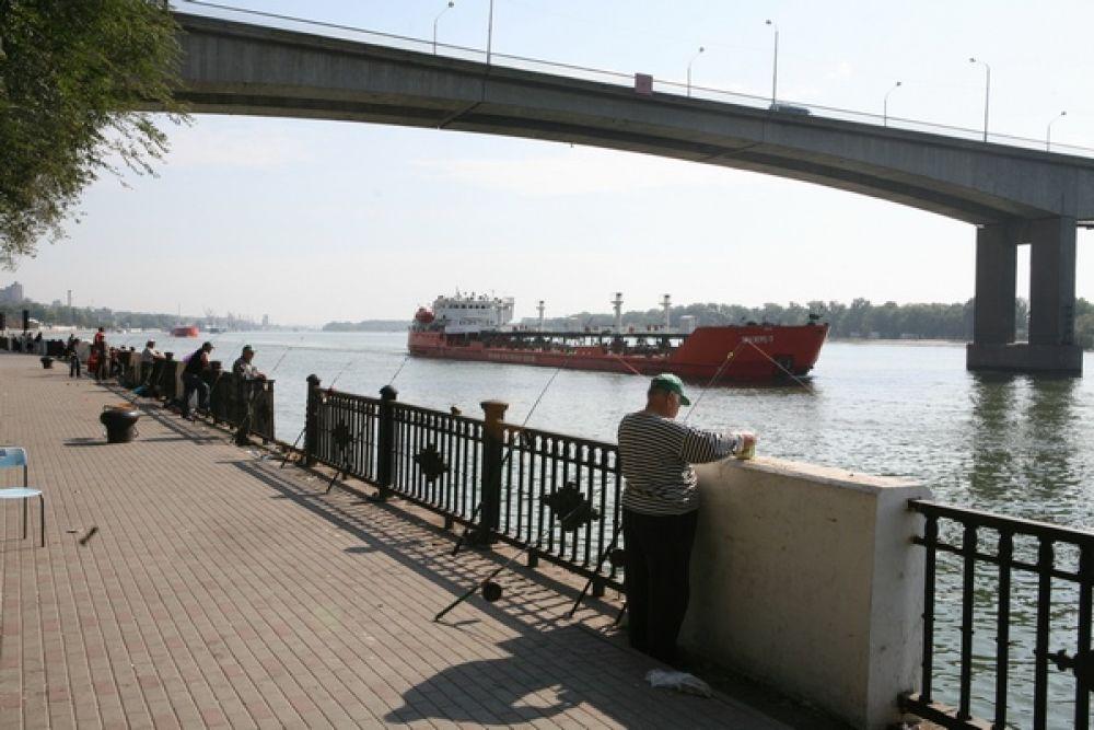 При сооружении Ворошиловского моста впервые в мире были применены клеевые стыки, сварные или болтовые соединения не использовались