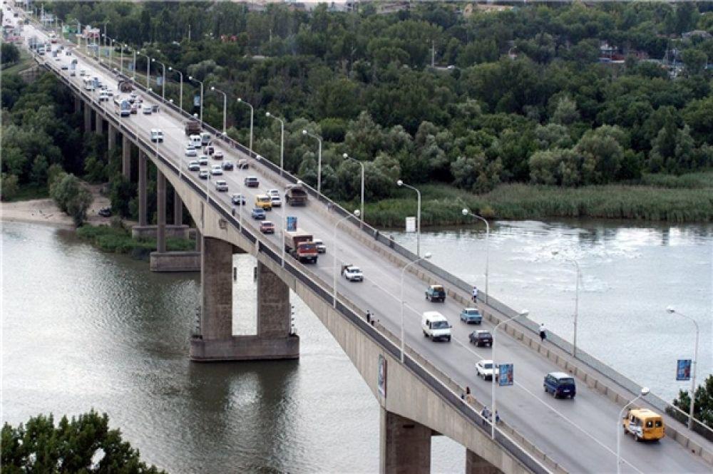 По мосту проходит трасса, соединяющая Ростов с городами-спутниками Батайском и Азовом.