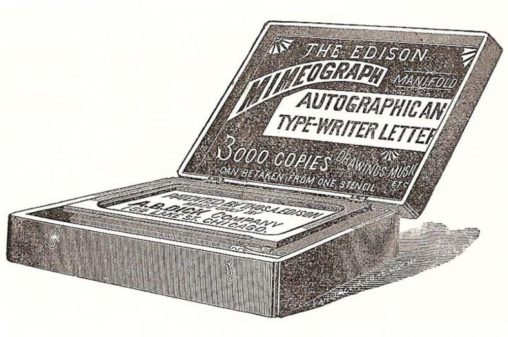 В середине 1870-х Томас Эдисон изобрёл мимеограф – относительно небольшое устройство для трафаретной печати для тиражирования книг малыми и средними партиями. Мимеограф состоял из электрического пера и копировального ящика.