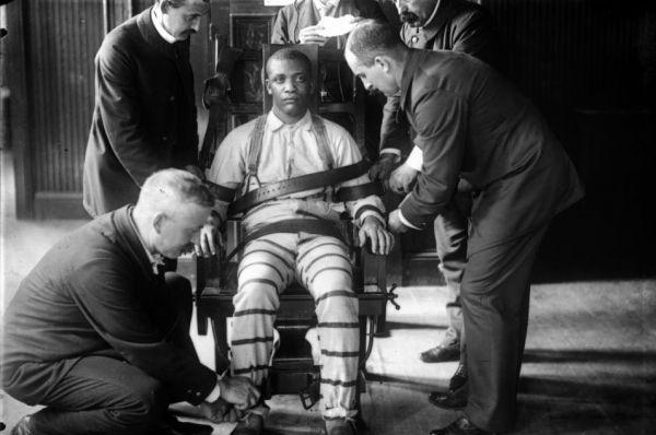 В 1889 году Томас Эдисон представил свой электрический стул. Когда власти США искали гуманную альтернативу повешению, изобретатель смог убедить общественность в том, что его устройство отвечает требованиям времени. При этом сам Эдисон стремился показать губительность переменного тока, который использовали в своей продукции его конкуренты.