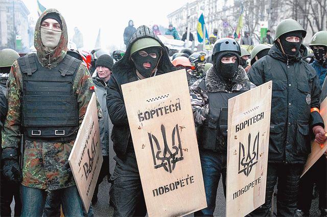 Боевики протеста учатся экипировке у «Беркута».