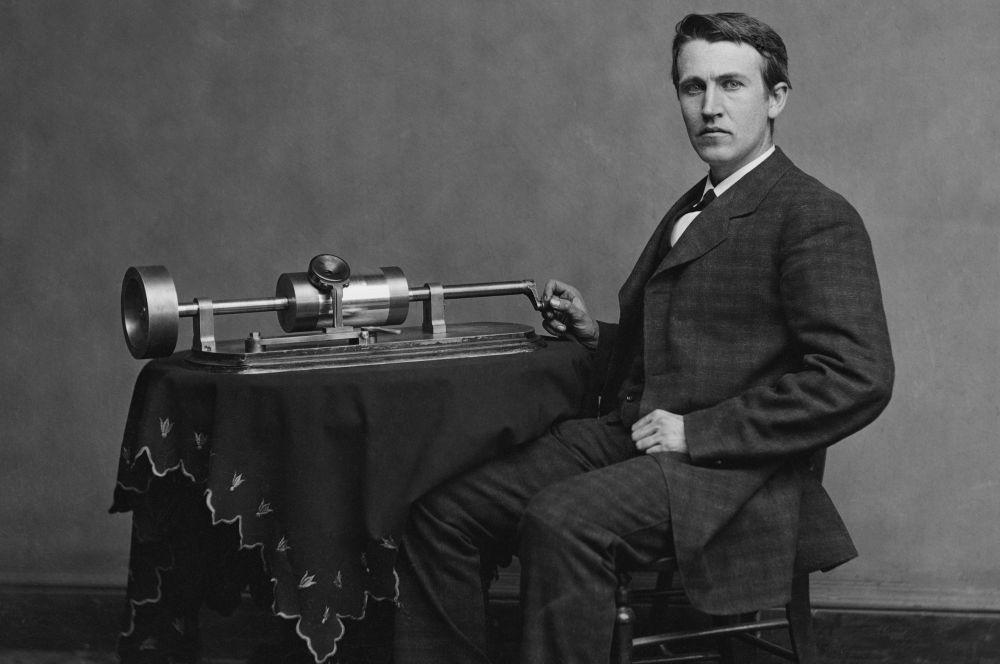 К концу 1870-х Томас Эдисон собрал свой первый фонограф, работу над которым изобретатель вёл около 20 лет. Представленное Эдисоном устройство позволяла записывать и воспроизводить музыку и речь, использоваться в качестве говорящих часов, а также служило «вспомогательным приспособлением к телефону».