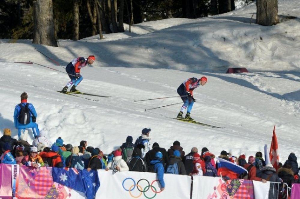 На одном из крутых спусков перед Устюговым упало сразу два лыжника. Сергей попытался их объехать, но россиянин буквально врезался в своих соперников.