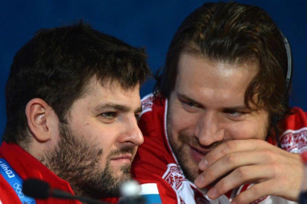 Вместе с ними атакующий состав команды образует форвард «Ак Барса» Александр Свитов (справа).