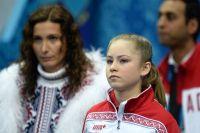 Юлия Липницкая (Россия) перед началом выступления. Слева - тренер по фигурному катанию Этери Тутберидзе.