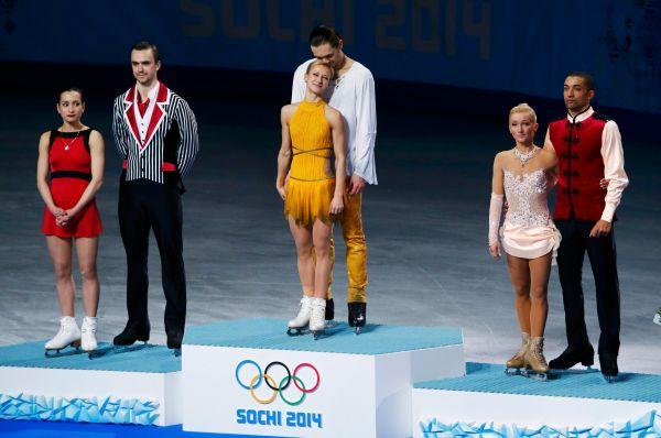 Сразу две медали завоевали наши фигуристы всостязании спортивных пар. Татьяна Волосожар иМаксим Траньков (в центре) уверенно выиграли «золото», втовремя как Ксения Столбова иФёдор Климов (слева) заняли второе место.