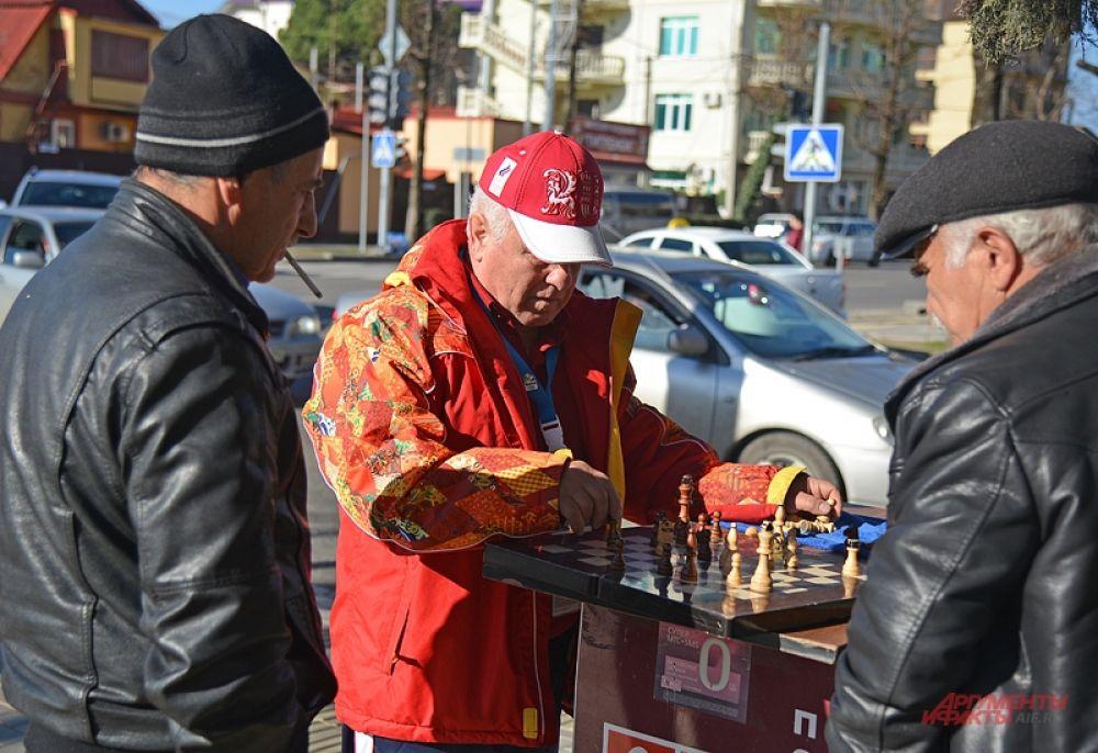 Чтобы скоротать время, на улицах Адлера и около Олимпийского парка туристам предлагают поиграть в шахматы.