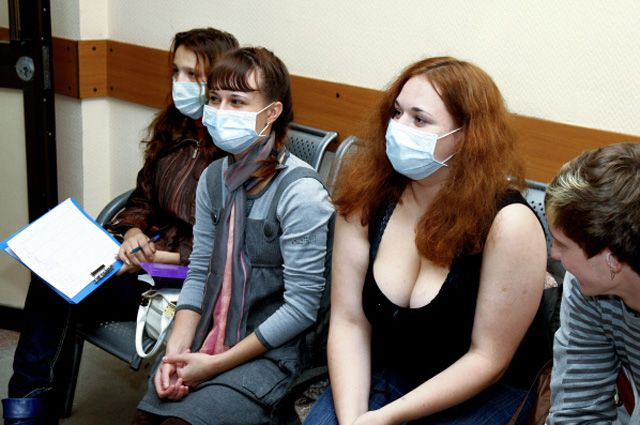 Чтобы не заразиться, в многолюдных местах лучше ходить в маске.