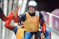 Александр Денисьев и Владислав Антонов (Россия) на финише эстафетной гонки на соревнованиях по санному спорту на XXII зимних Олимпийских играх в Сочи.