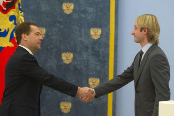 В 2012 году Плющенко в 7-й раз выигрывает чемпионат Европы и награждается Минспортом России «Медалью Николая Озерова» за спортивные достижения и большой личный вклад в популяризацию физической культуры и спорта.
