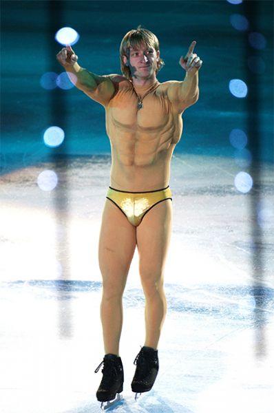 В 2001 году 18-летний Евгений Плющенко впервые в карьере выигрывает чемпионат мира, покорив публику показательным номером «Sex Bomb».