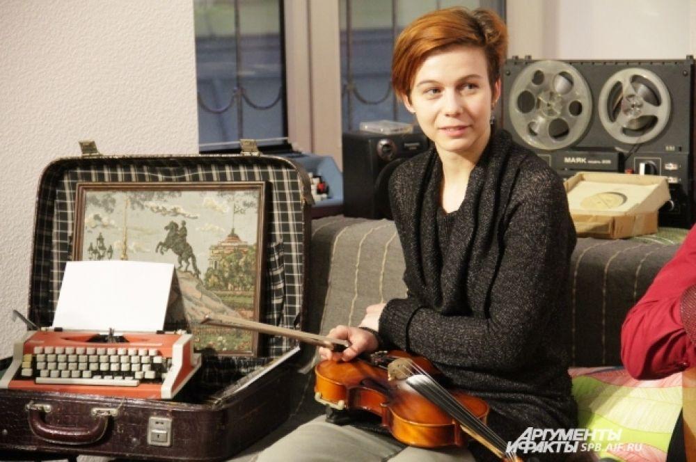 Скрипачка Антонина Позднякова приехала в Петербург из Казани, появившись в составе группы совсем недавно