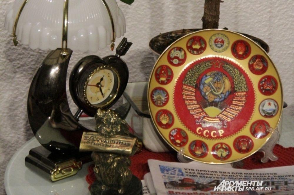 В антураж пресс-центра на Невском проспекте добавили несколько сувениров, передающих дух квартирника