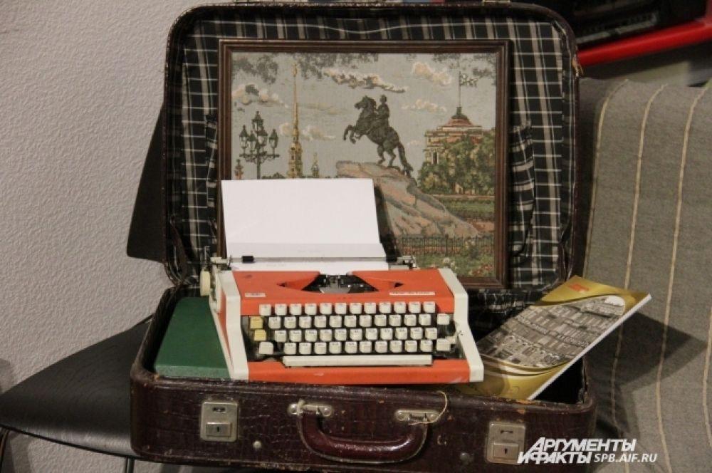 Старая печатная машинка, на которой гости оставляют пожелания газете