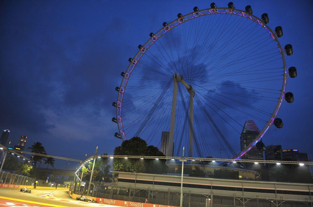 Самым высоким на сегодняшний день является колесо Singapore Flyer, достигающее 165 метров. Оно состоит из 28 кабинок, каждая из которых рассчитана на 28 человек. Это колесо строилось три года и было открыто в 2008 году.