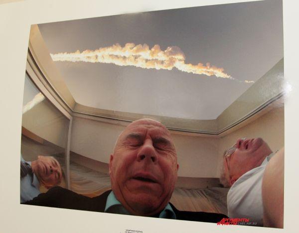 Автор снимка, Вячеслав Бакин, держал камеру объективом вверх, в этот момент мощный взрыв от ударной волны, и Вячеслав нажимает кнопку затвора.