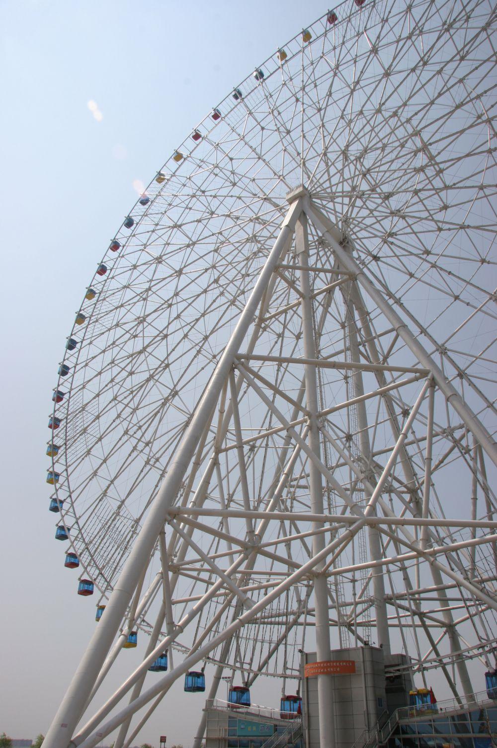 В Китае установлено колесо обозрения «Звезда Наньчана», занимающее второе место в мире по высоте. Особенность этого колеса в том, что оно постоянно движется. Полный оборот колесо совершает за полчаса, в связи с чем у посетителей не возникает трудностей с тем, чтобы подняться на аттракцион.
