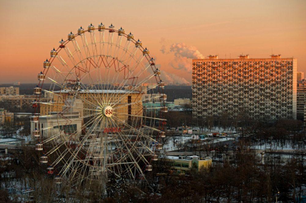 Крупнейшим колесом обозрения стран СНГ и Восточной Европы является колесо имени 850-летия Москвы, находящееся в ВВЦ. Диаметр колеса составляет 70 метров, а высота – 73 метра. Оно было возведено в 1995 году и состоит из 40 кабинок. Один поворот колеса продолжается семь минут.