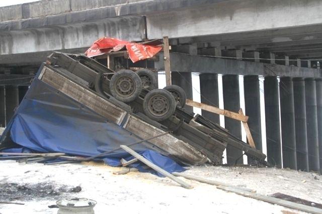 Грузовую «ГАЗель» занесло и, опрокинувшись, она упала с моста на берег реки Воронки.