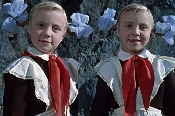 В 1963 году на экраны вышла сказка «Королевство кривых зеркал», снятое Александром Роу. Главные роли в картине исполнили сёстры-близнецы Юкины – Ольга и Татьяна. Для обеих эти съёмки стали первыми в жизни – им тогда было по десять лет.