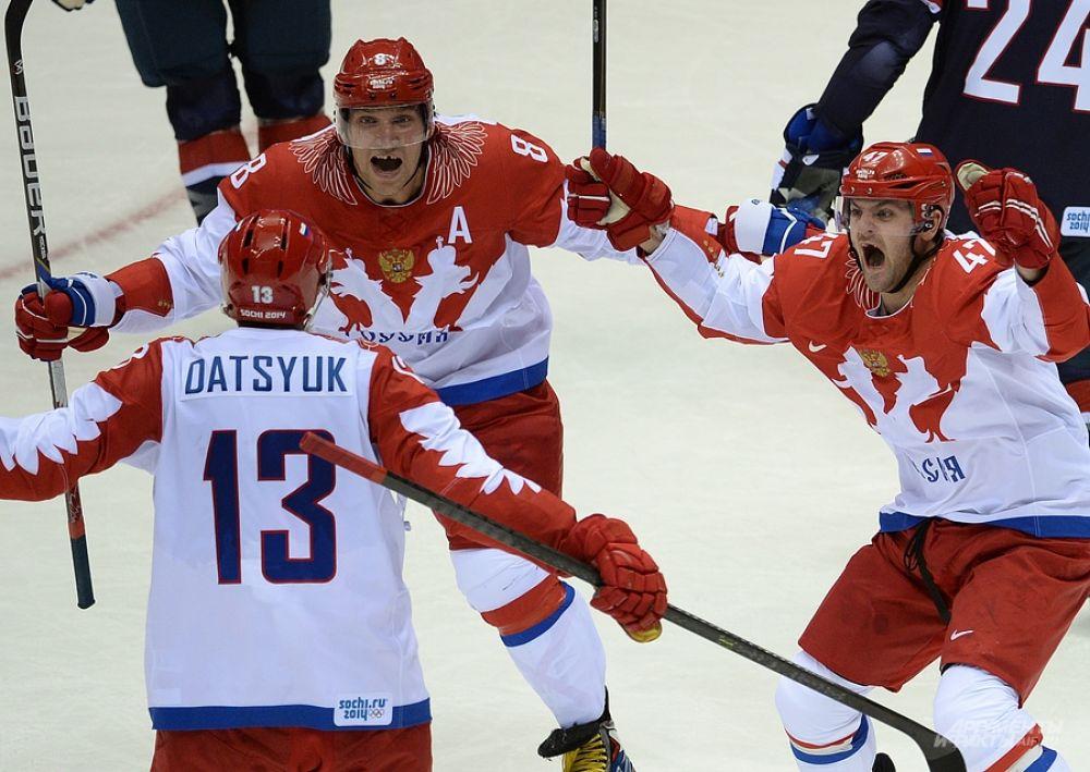 Павел Дацюк в матче со сборной США оформил дубль. Партнеры по команде поздравляют капитана со вторым голом.
