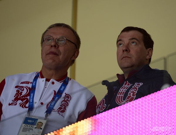 Вячеслав Фетисов объясняет тонкости хоккея председателю правительства РФ Дмитрию Медведеву